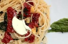 Razvan Anton Spaghetti Spaghete Paste rosii uscate in ulei usturoi busuioc proaspat unt sare piper